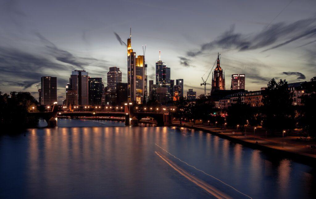 O que fazer em Frankfurt: Skyline do Centro Financeiro, conhecido como Mainhattan, onde estão os bancos e a bolsa de valores