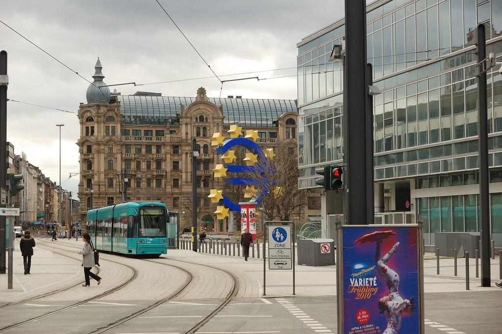 O que conhecer em Frankfurt: O Símbolo do Euro fica no Centro Financeiro, próximo aos prédios da Bolsa de Valores e Bancos
