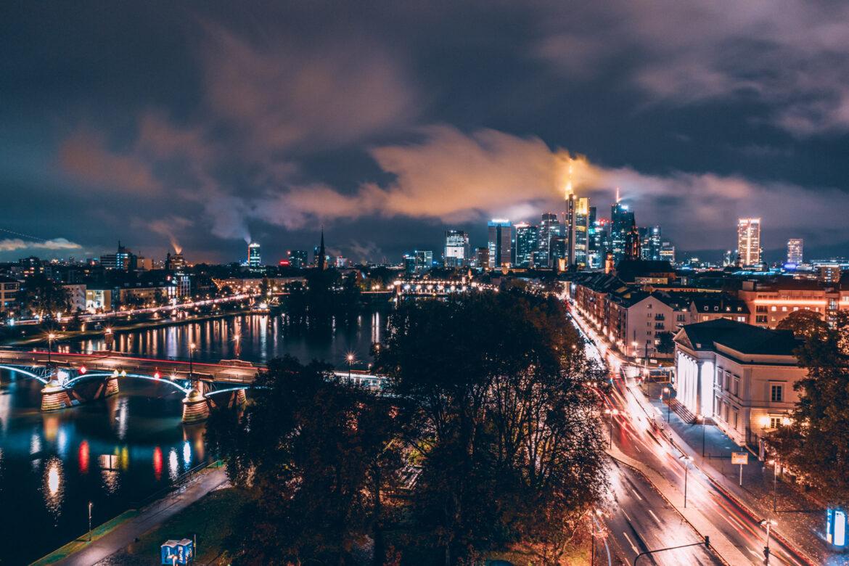 O que fazer em Frankfurt: Centro de Frankfurt à noite, com os prédios do centro comercial e o rio Main.