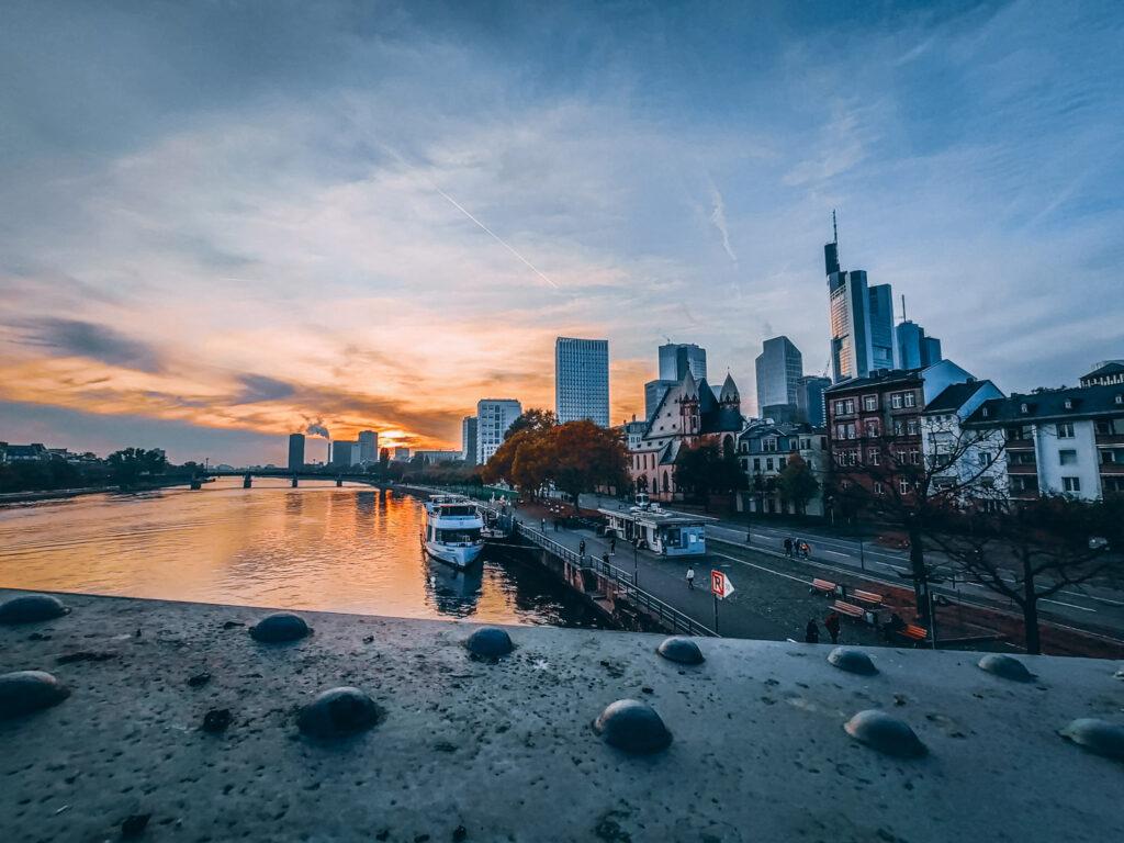 Pontos turísticos de Frankfurt: Ponte de Ferro (Eiserner Steg), corta o Rio Meno