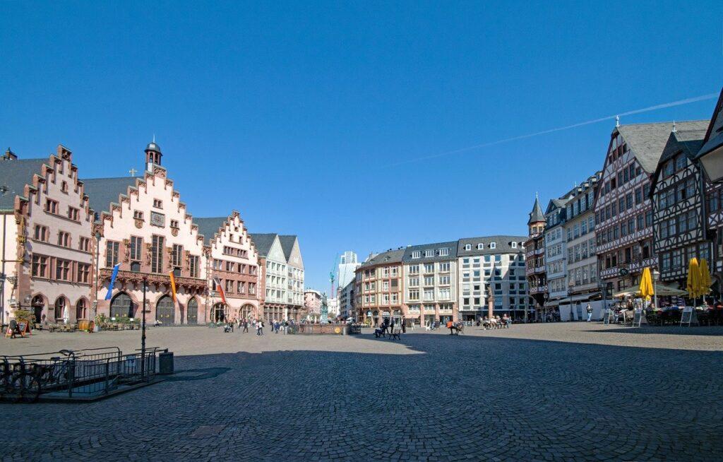 O que fazer em Frankfurt: Römerberg, a praça do centro antigo, com construções típicas alemãs