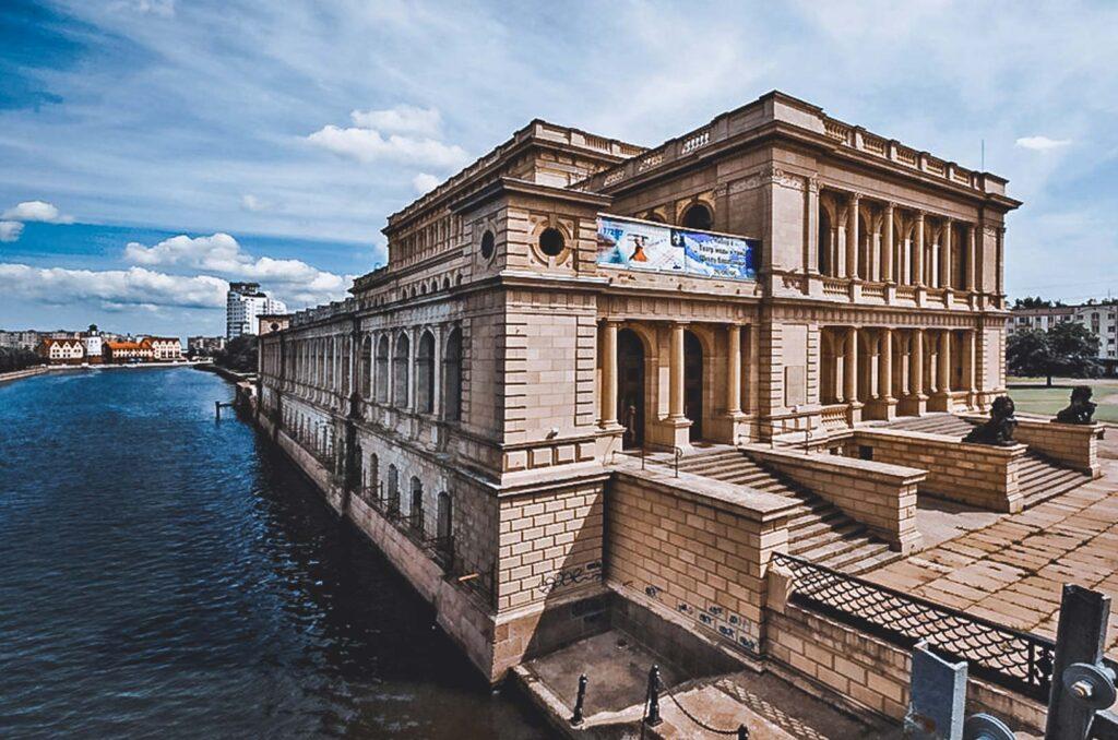 Prédio neoclássico do Museu de Belas Artes, e antiga Bolsa de Valores de Konigsberg
