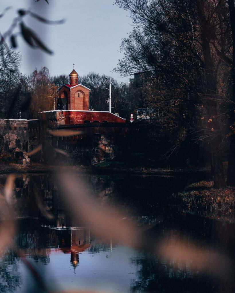 Capela Ortodoxa às margens do lago no Park Pobedy, ou Parque da Vitória