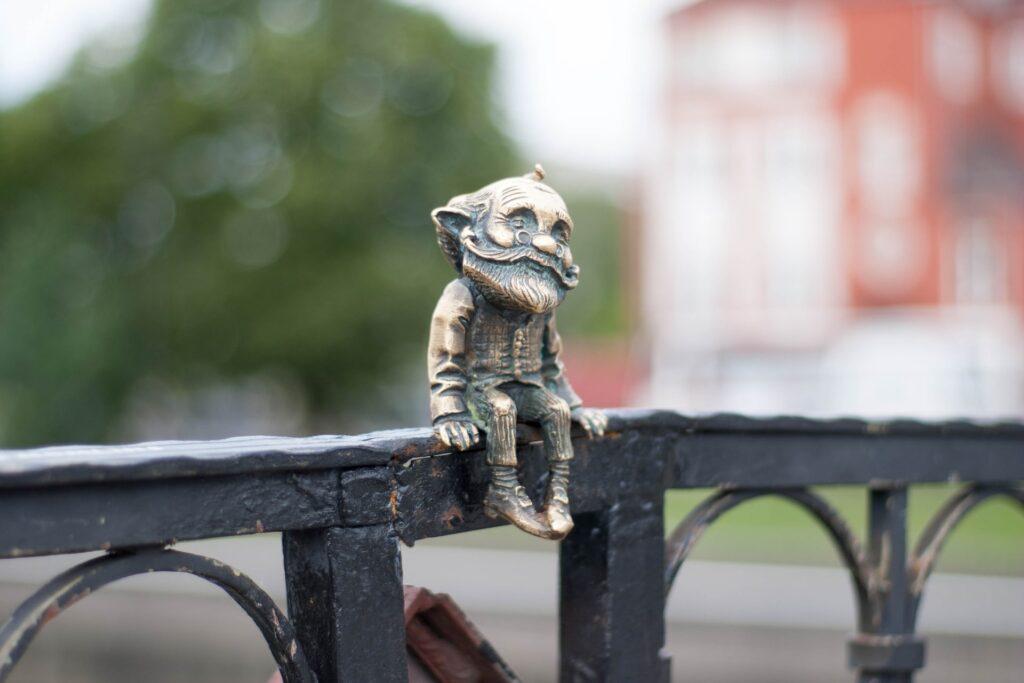 Uma atração de Kaliningrado é a escultura de bronze do Grandfather Homlin, na Honeymoon Bridge