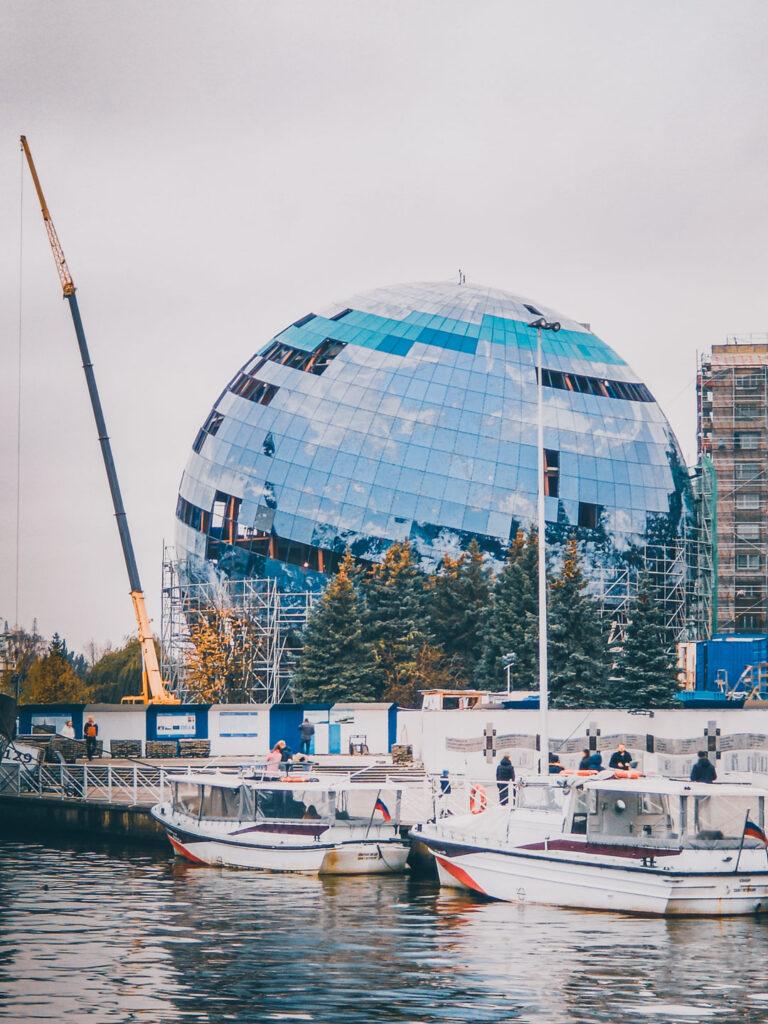 Entrada do Museu do Oceano Mundial, com alguns de seus barcos sendo expostos na orla do rio pregolia.