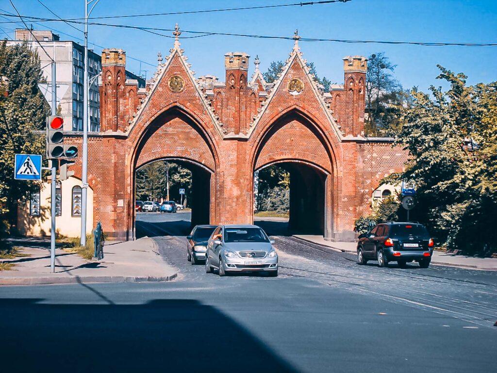 O Portão de brandemburgo é o único portão na cidade que continua com seu propósito de servir de passagem. Antigamente para as carruagens, e hoje para os carros na Bagration Street.