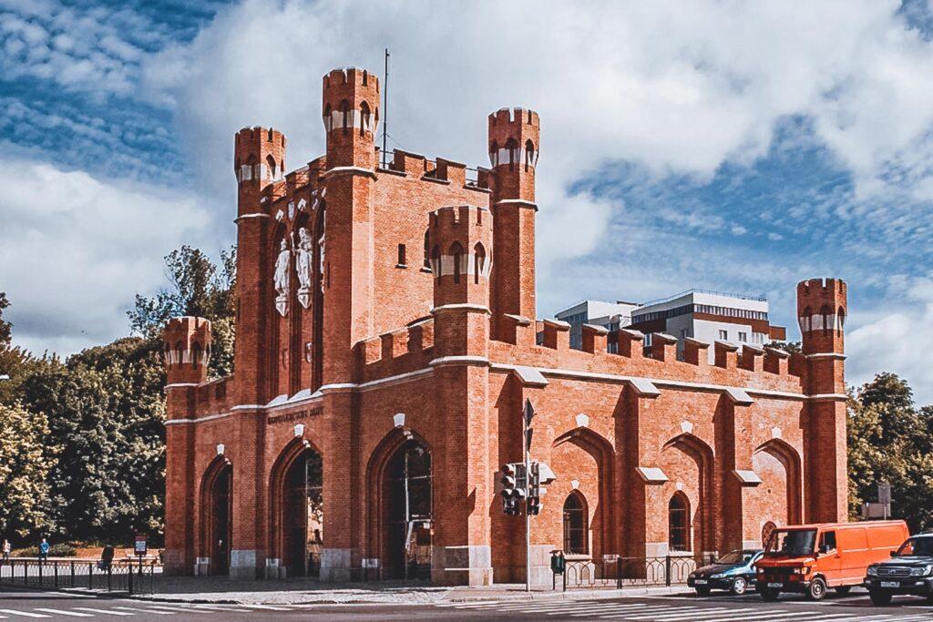 Portão dos Reis, uma parte do Anel Interno da Fortaleza de Konigsberg. Restaurado em 2005 com os típicos tijolinhos vermelhos da arquitetura da cidade, e com figura dos 3 Reis Sem Cabeça na sua fachada.