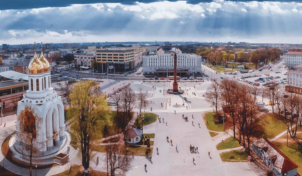 Panorama do centro de Kaliningrado: Catedral Ortodoxa de Cristo Salvador, Praça da Vitória e Shopping Europa