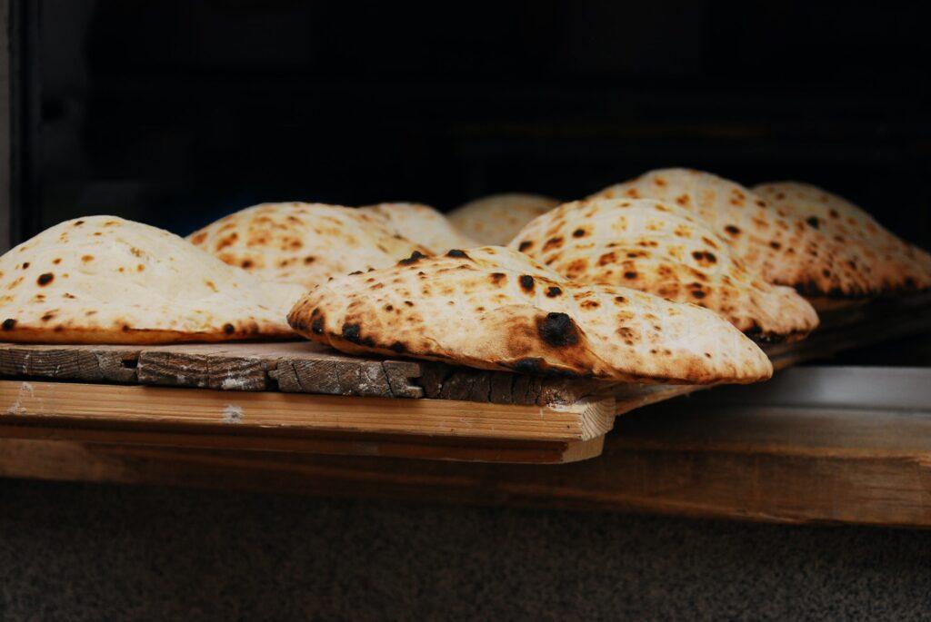 Somun, pão bósnio saindo do forno