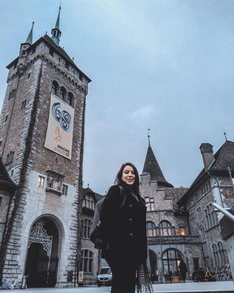 Marjorie em frente ao Museu Nacional Suíço, também conhecido como Landsmuseum.