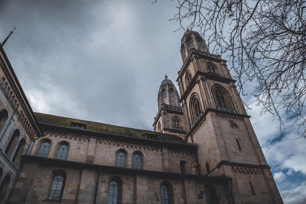 A famosa e simbólica Catedral Grossmünster vista da lateral, seu estilo neogótico característico chama atenção na Cidade Histórica.