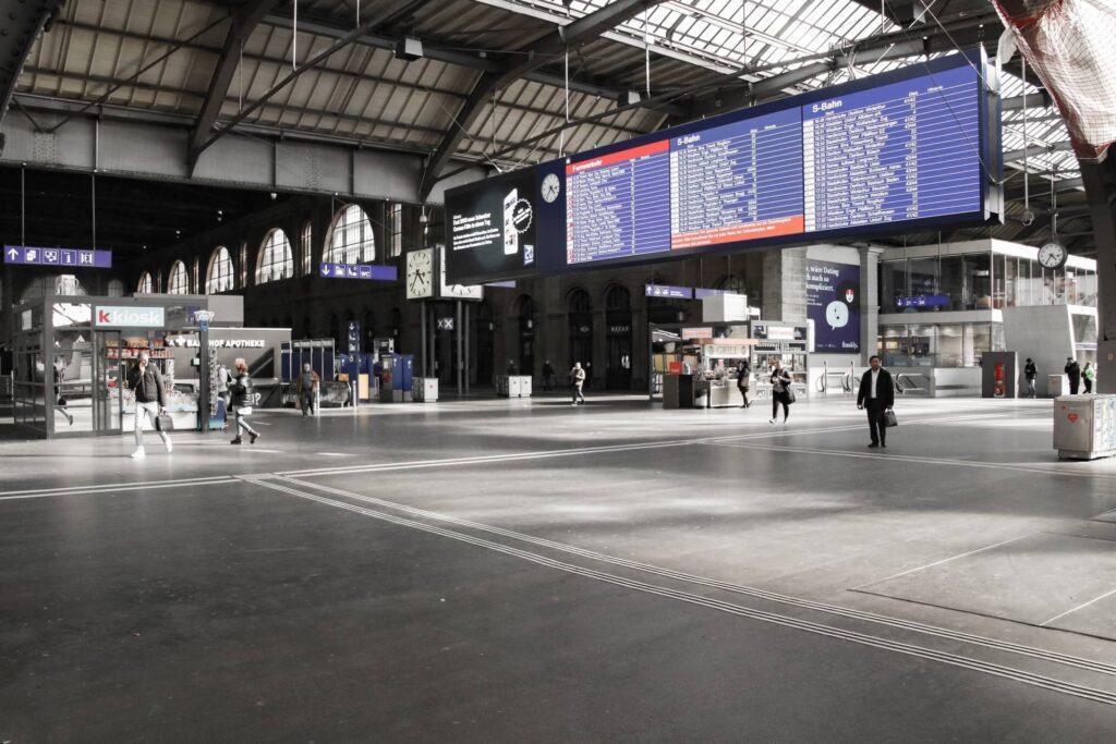 Hauptbahnhof é a movimentada estação central de trens de Zurique, oferece uma grande variedade de destinos na Suíça e dentro da Europa