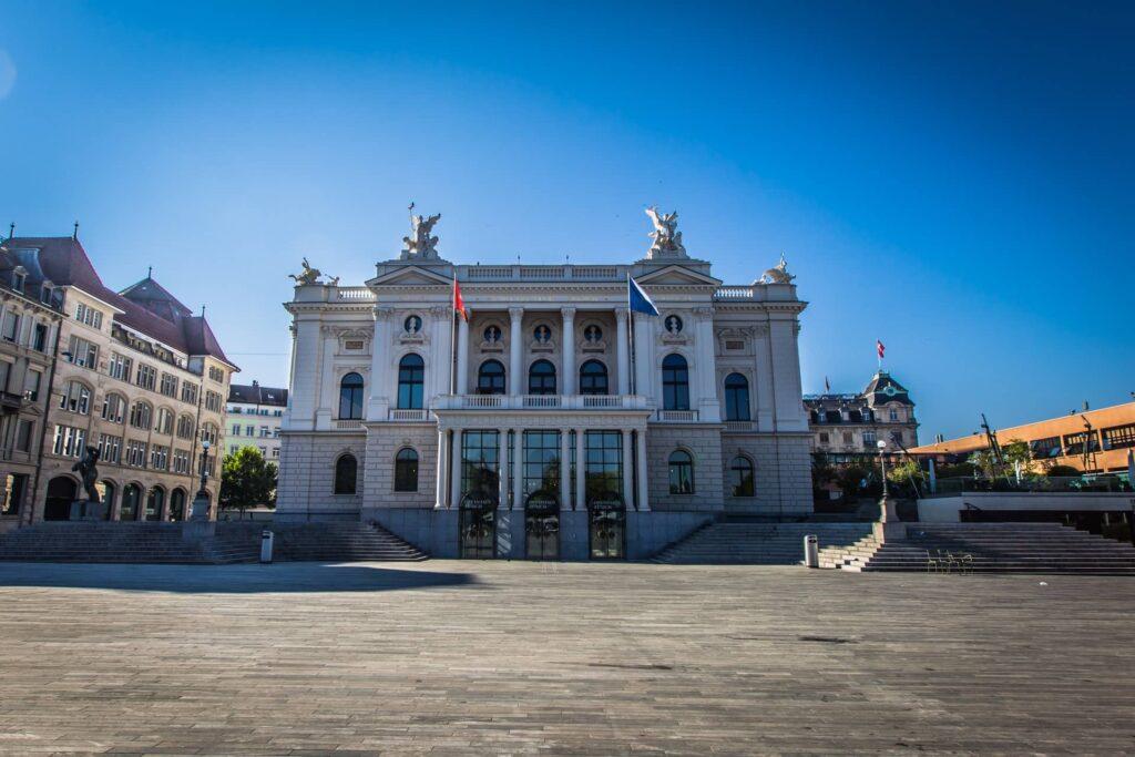 A Ópera de Zurique ou Opernhaus, fica na Sechseläutenplatz, próxima ao lago. É uma parada indispensável em um roteiro em Zurique