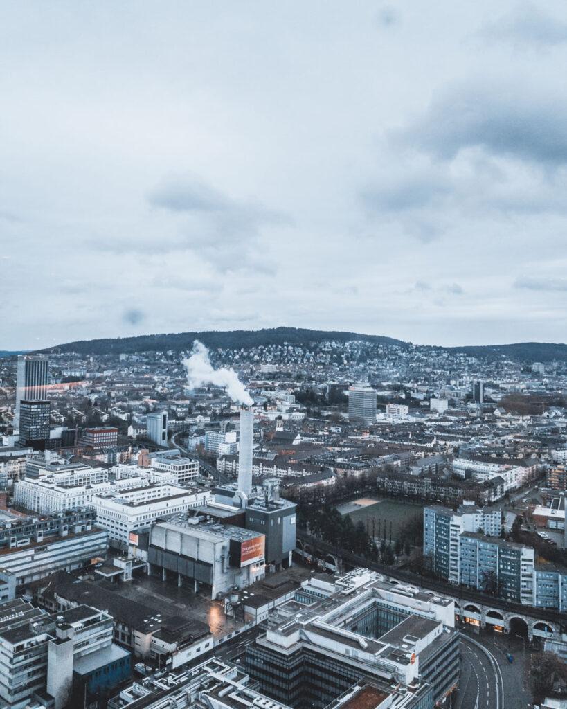 Cidade de Zurique vista sob outro ponto do restaurante Clouds, que fica localizado no último andar da Prime Tower.