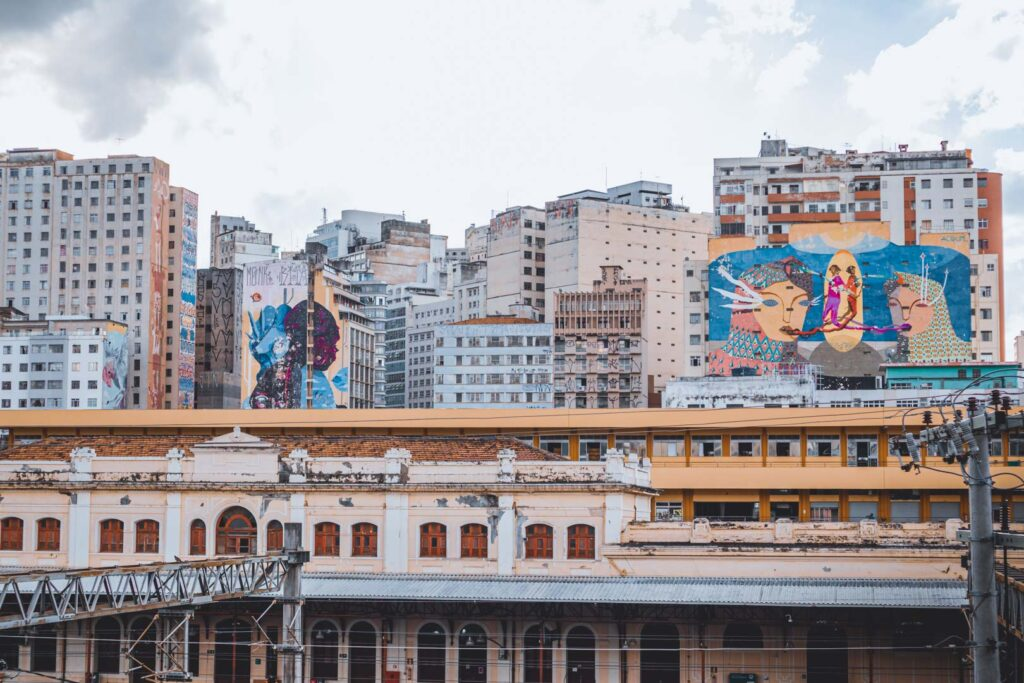 Vista para os murais de arte pintados em prédios do Bairro Floresta como parte do projeto do Circuito Cura. Esses murais são vistos do Mirante da Rua Sapucaí.