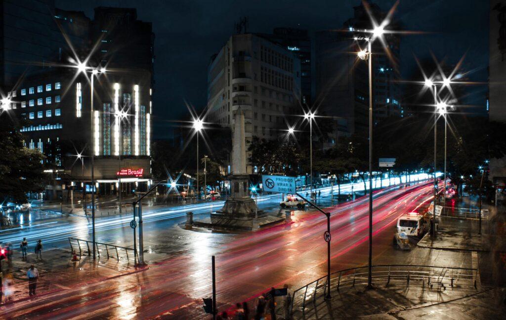 A Praça Sete de Setembro, com o seu obelisco, fica na região central de BH, em um dos cruzamentos mais movimentados da cidade: entre a Avenida Afonso Pena e Avenida Amazonas. Ao lado, tem o clássico Cine Theatro Brasil Vallourec