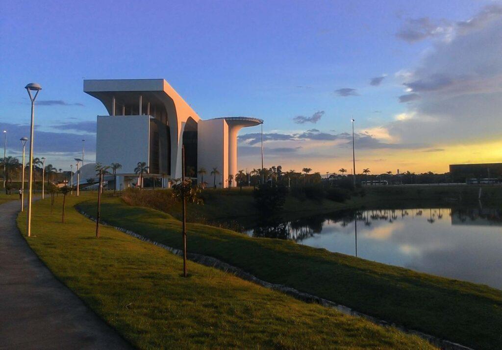 A Cidade Administrativa é um projeto de Niemeyer para o governo do estado de Minas Gerais. Fica na cidade de Vespasiano e pode ser avistada no trajeto do Aeroporto Internacional Tancredo Neves, até a cidade de Belo Horizonte