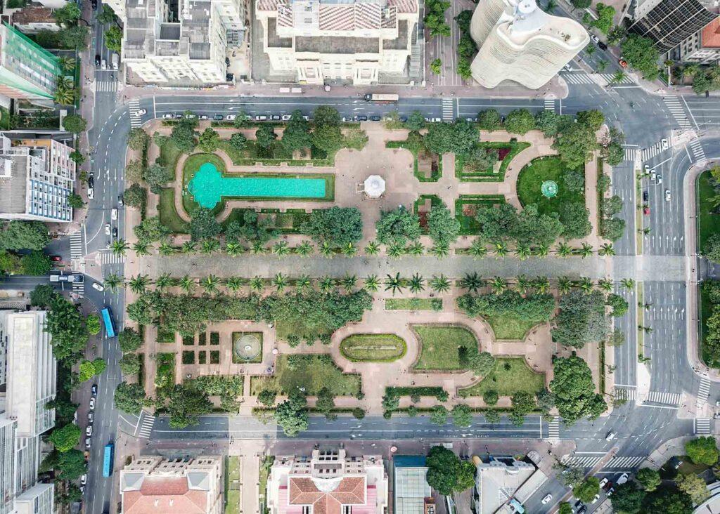 A Praça da Liberdade é lar do Circuito da Liberdade, com diversos museus gratuitos ao seu redor. É uma praça inspirada nos jardins de Versalhes