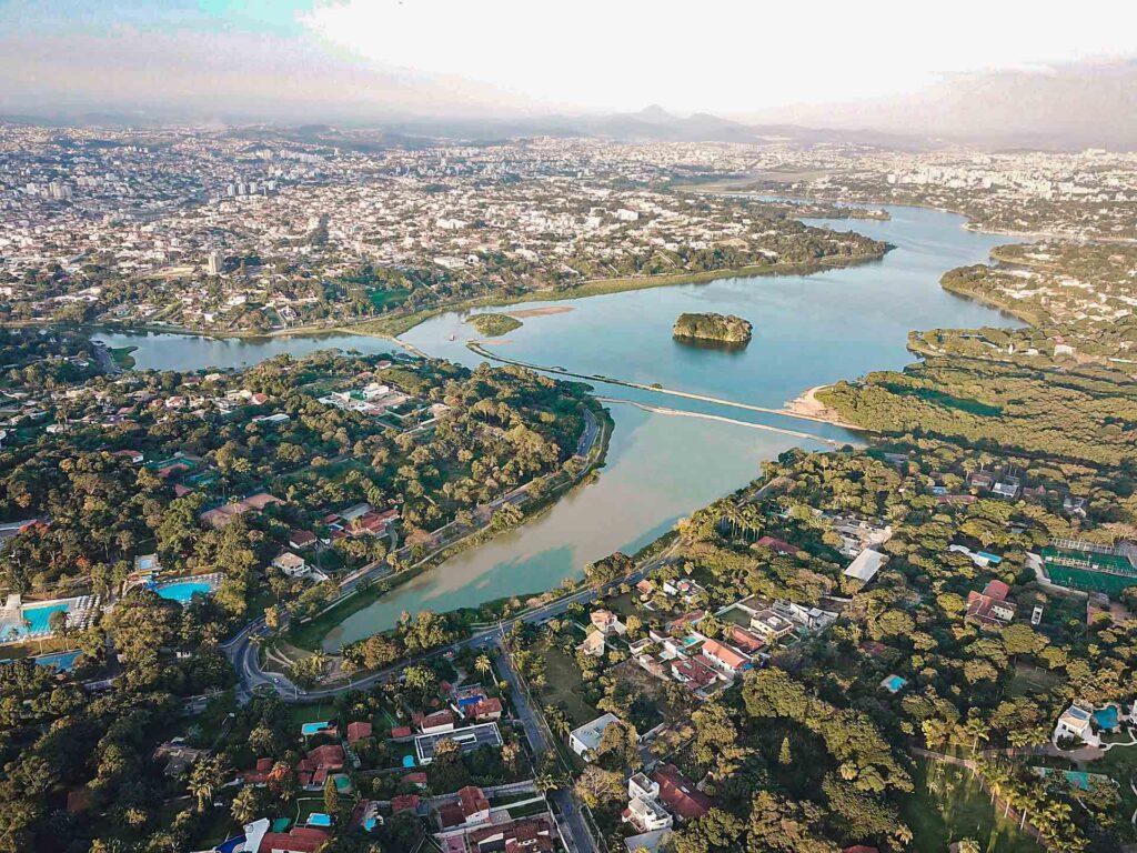 A Lagoa da Pampulha é um lago artificial, que é patrimônio da Unesco, com o seu conjunto de obras arquitetônicas do Niemeyer