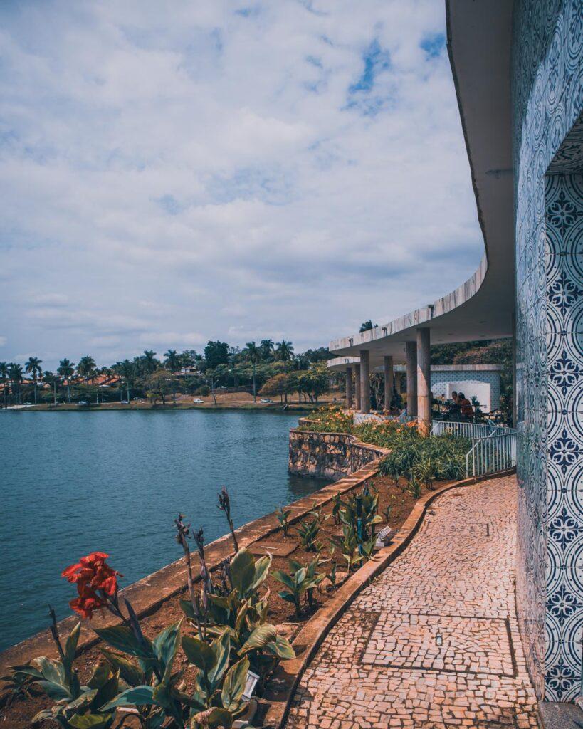 Parte da Lagoa da Pampulha circundando a Casa do Baile, em Belo Horizonte.
