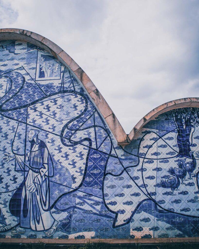 Igrejinha da Pampulha e seus tijolinhos azuis com peixes e o São Francisco de Assis vistos de perto.