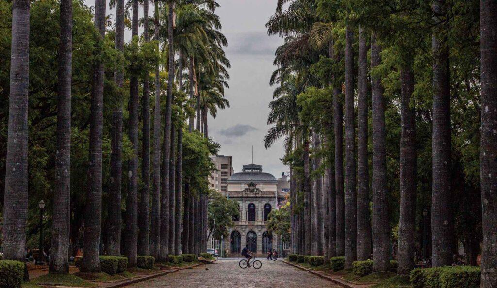 A Praça da Liberdade é lar do Circuito da Liberdade, com diversos museus gratuitos ao seu redor. É uma praça inspirada nos jardins de Versalhes e com um corredor de Palmeiras Imperiais