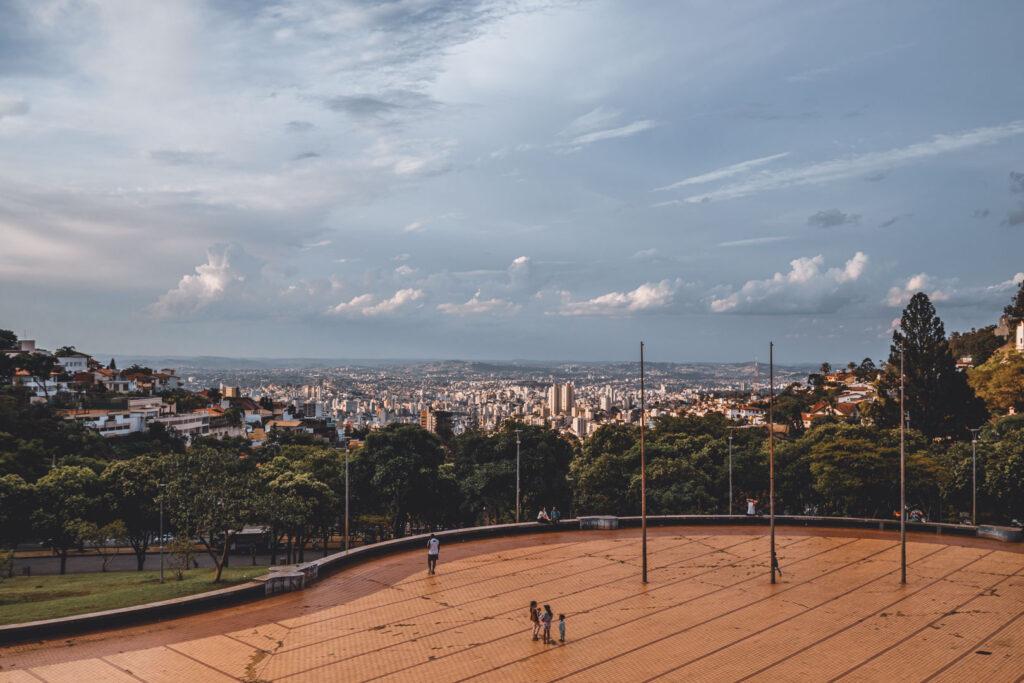 Pessoas admirando a vista para Belo Horizonte no Mirante da Praça do Papa.