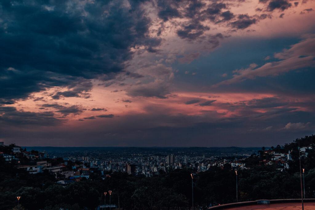 Vista para a cidade de Belo Horizonte na Praça do Papa ao pôr do sol.