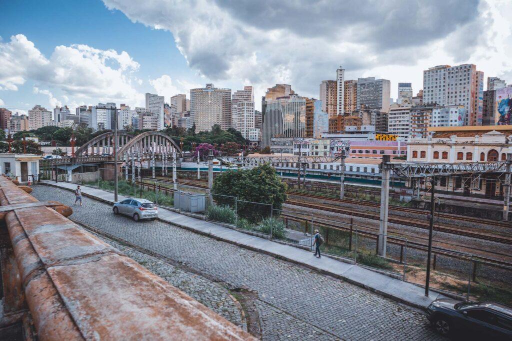 Viaduto Santa Tereza com os trilhos passando por baixo vistos do Mirante da Rua Sapucaí em um dia nublado.