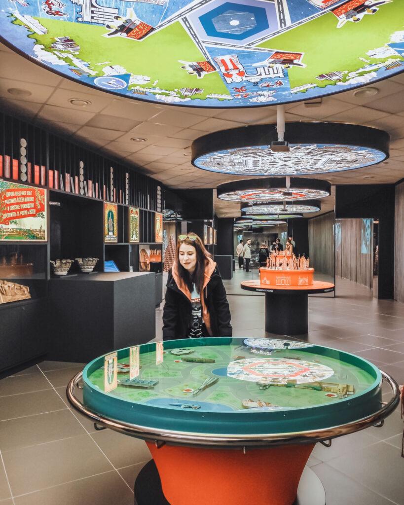 Brincando e aprendendo no interior do Museu do VDNKh, em uma das exposições interativas, que contam a história do parque.