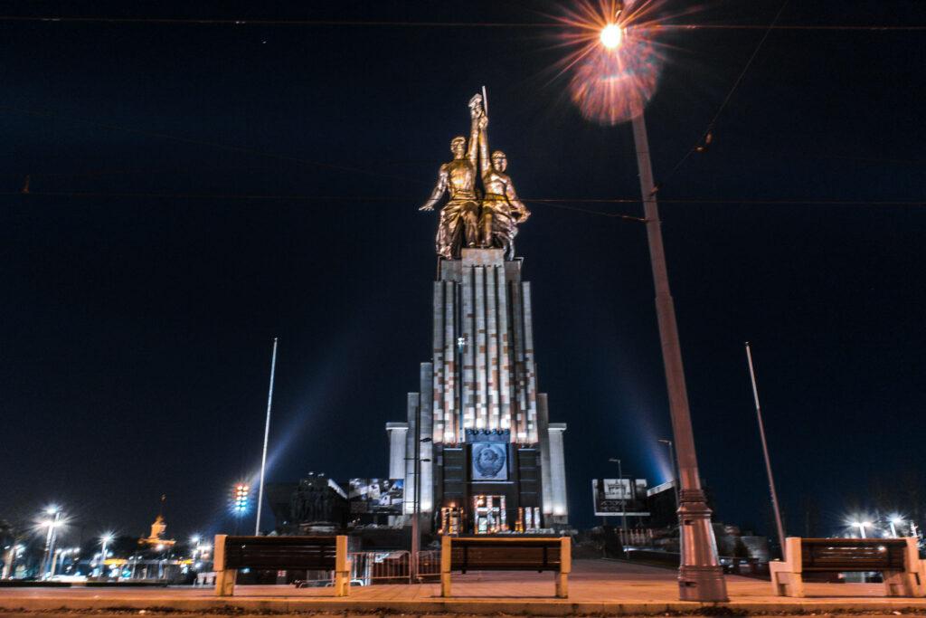 """O famoso e gigantesco monumento Soviético chamado """"Trabalhador e Mulher do Kolkhoz"""", que fica próximo ao parque soviético VDNKh. O monumento consiste em um homem e uma mulher segurando o martelo e a foice."""