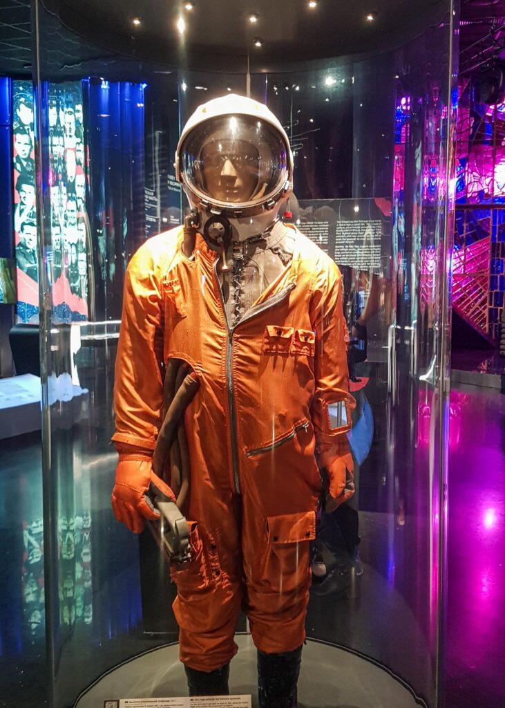 Traje espacial laranja usado pelos primeiros cosmonautas, exposto no Museu dos Cosmonautas.