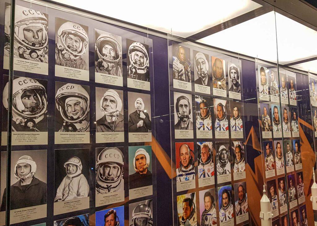 Mural com as fotos e nomes dos cosmonautas russos e soviéticos, no Museu dos Cosmonautas.