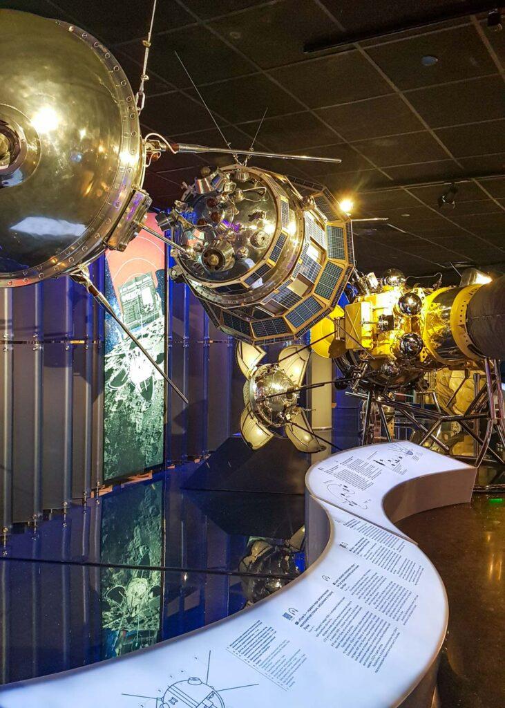 Réplicas do Sputnik e outros satélites artificiais soviéticos, como parte das exposições do Museu dos Cosmonautas.