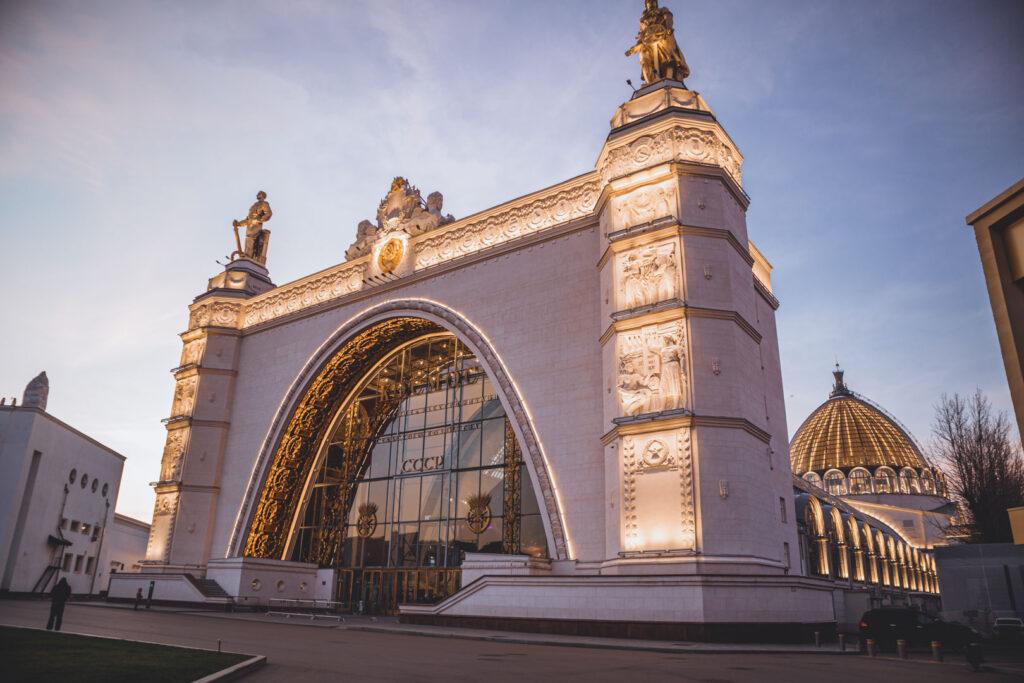 Fachada iluminada do Museu do Cosmos, um dos pavilhões mais bonitos do parque moscovita VDNKh.