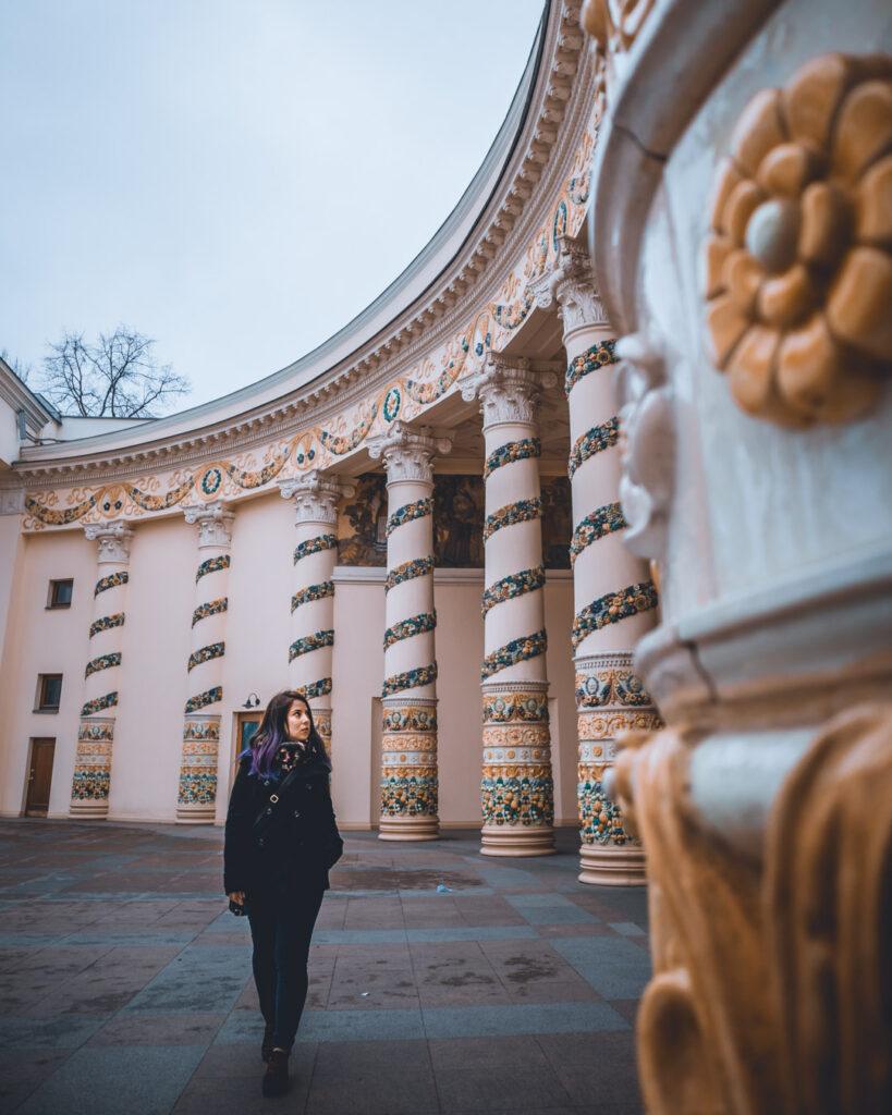 Colunas detalhadas de flores douradas no Pavilhão da Bielorrúsia, um dos mais famosos do VDNKh.
