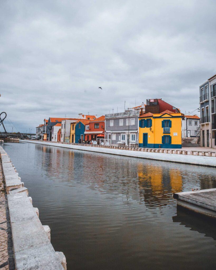 Outro dos canais da Ria de Aveiro, circundado por casas coloridas.