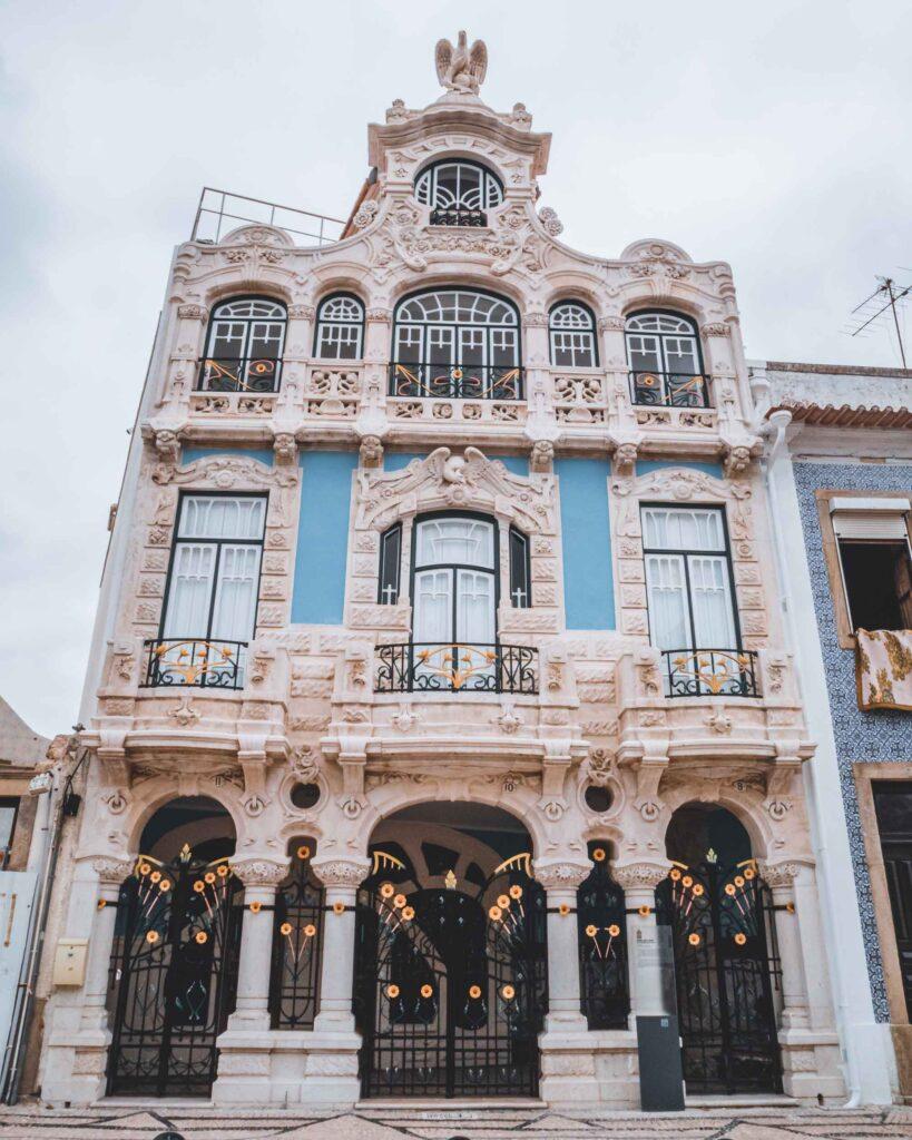 Casa do Major Pessoa que sedia o Museu de Arte Nova de Aveiro. Sua fachada azul com pilares, esculturas e azulejos faz jus à arquitetura art nouveau.