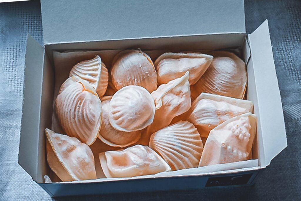 Os famosos doces em formato de conchas de Aveiro em uma caixa, mais conhecidos como Ovos Moles.