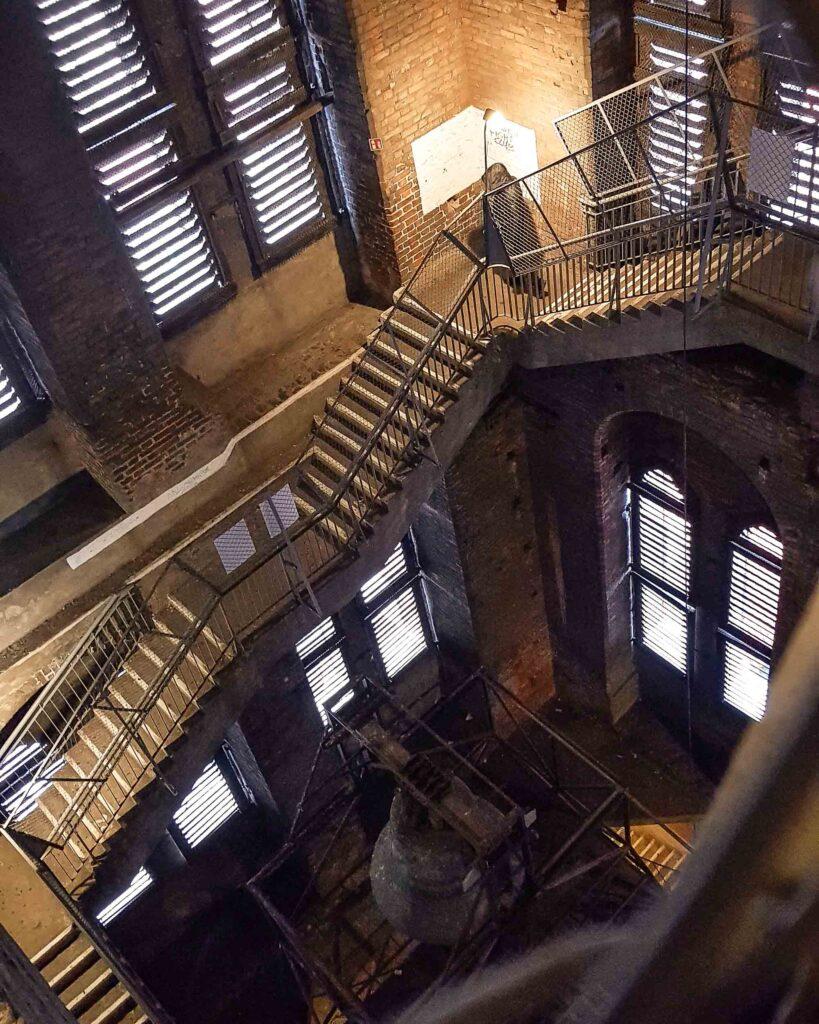 Escadaria da subida para a torre de observação da Igreja de Santa Maria.