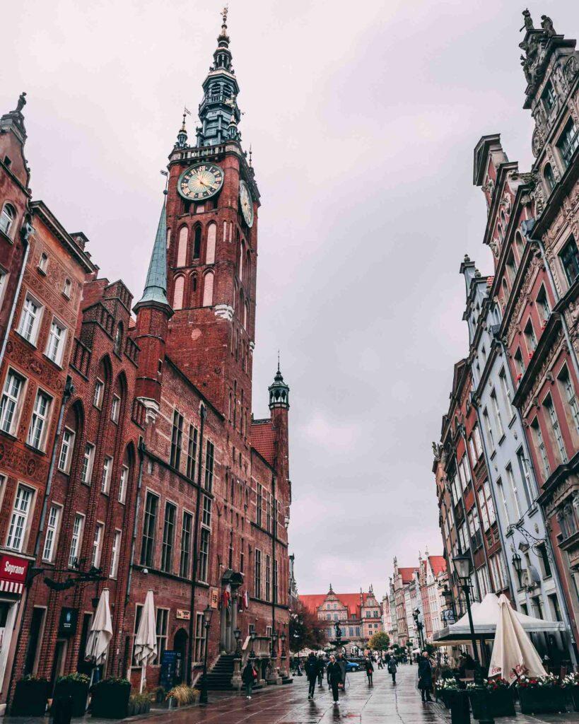 Edifícios de arquitetura hanseática e o da Prefeitura, localizados na Long Street.