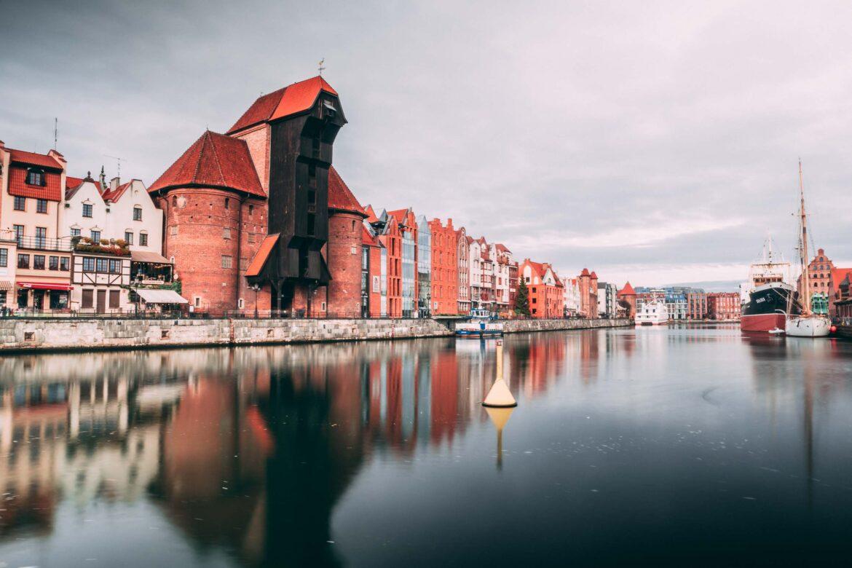 The Crane, um guindaste medieval, nas margens do Rio Motlawa e entre vários edifícios de arquitetura hanseática.