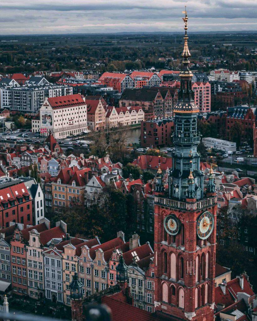 Parte da Cidade Antiga e da Torre do relógio da Prefeitura de Gdansk vistos do topo da Igreja de Santa Maria.
