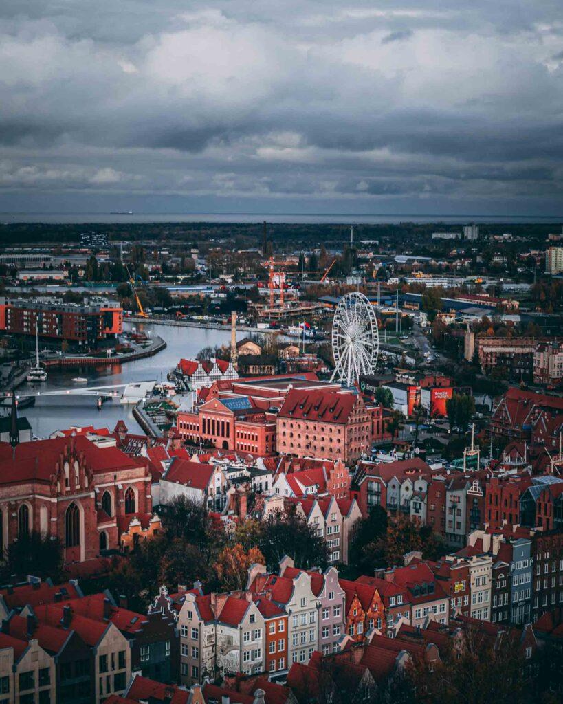 Parte da Cidade Antiga de Gdansk, com suas casas de telhado laranja e do mesmo tamanho, vista do topo de uma das torres da Igreja de Santa Maria.