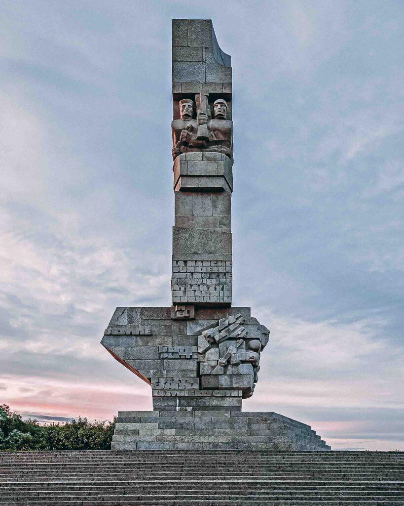 Monumento de pedra no topo de uma escadaria em representação e homenagem aos defensores da costa de Westerplatte.