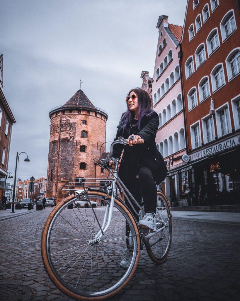Andando de Bicicleta em Gdansk, próximo à torre na Granary Island.
