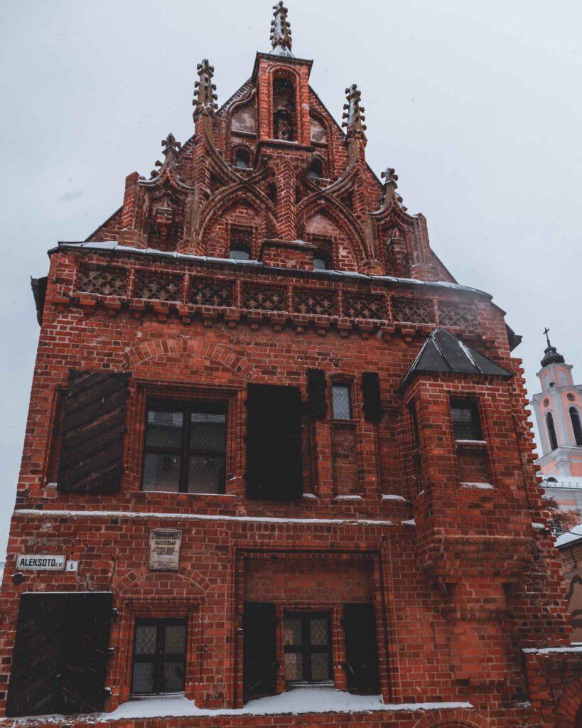 Fachada da Casa do Trovão, conhecida por ser a primeira construída em estilo gótico e uma das mais lindas casas de tijolos de Kaunas.