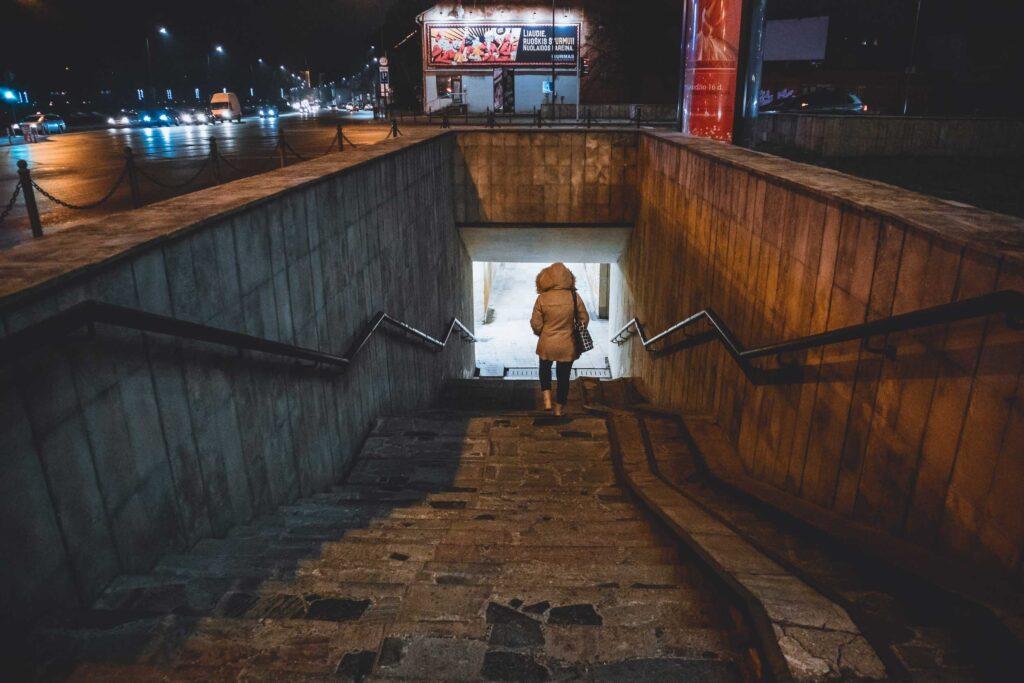 Marjorie descendo as escadas que levam em direção a um dos túneis de Kaunas.