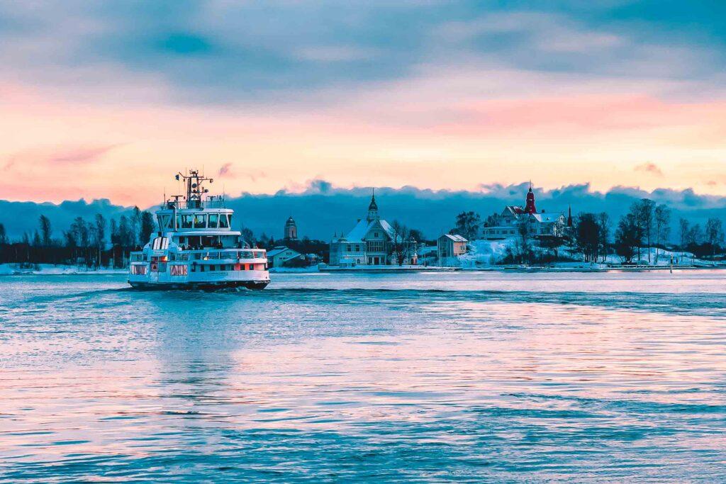 Como chegara em Suomenlinna, de balsa atravessando de Helsinki