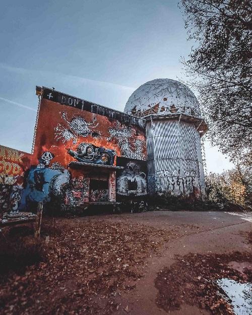 Teufelsberg e as torres de espionagem da guerra fria. A galeria de arte da Montanha do Diabo é lugar alternativo em Berlim